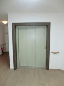 Lapos porfestett portálos ajtó