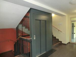 Porfestett portálos ajtó